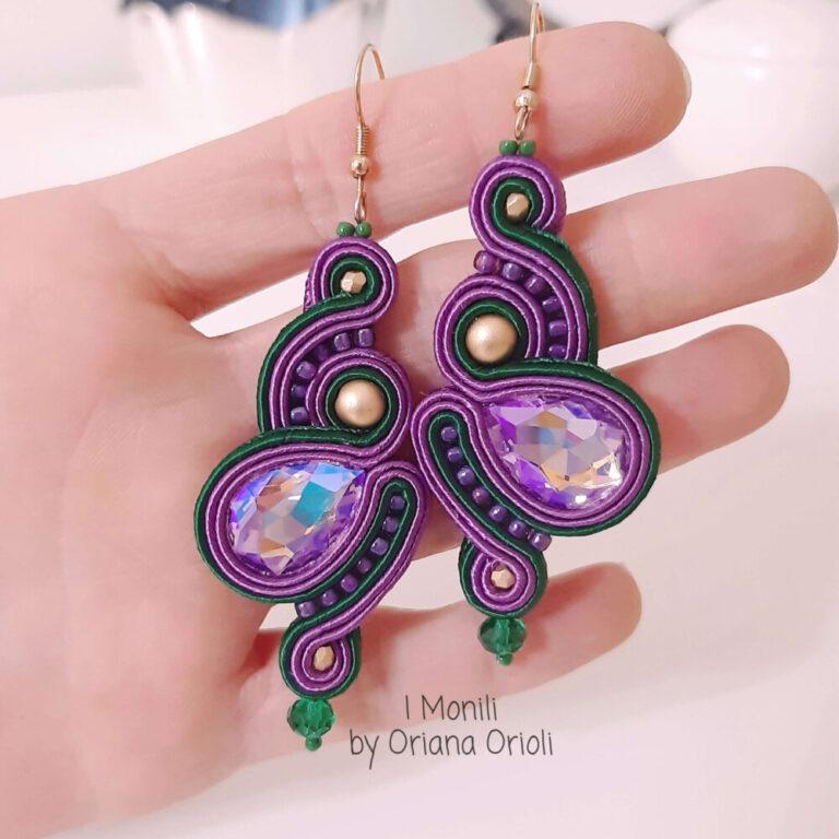 orecchini viola e verdi